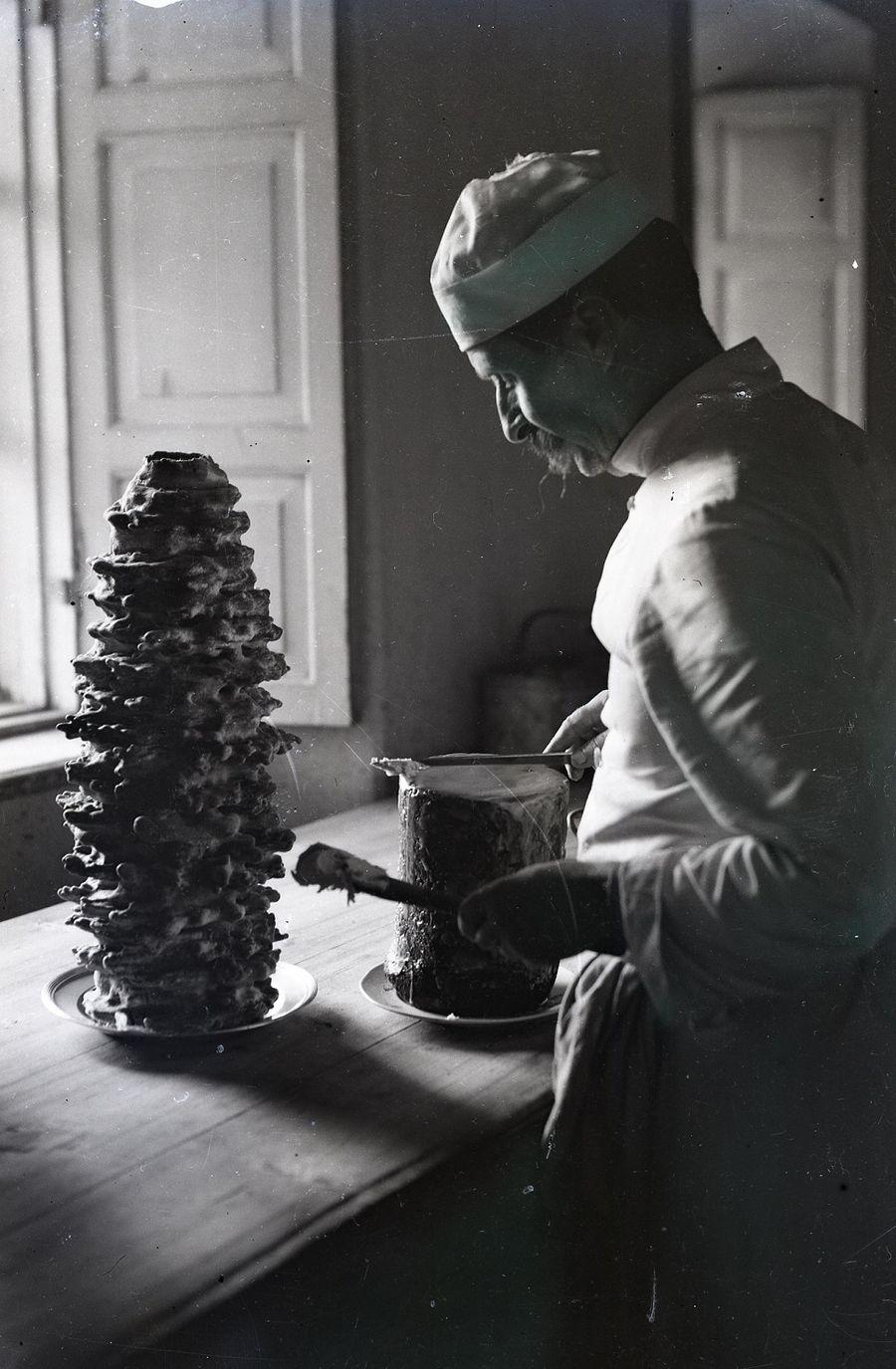 Grafų Psezdzieckių virėjas Augustas Kalpokas ruošia vaišes, Rokiškio krašto muziejus