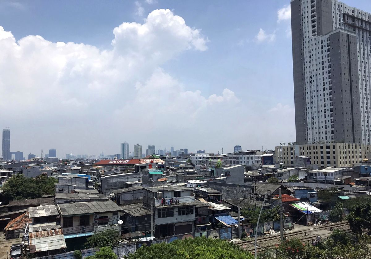 Chaotišku užstatymu bei transporto kamščiais pagarsėjusi Indonezijos sostinė nepasižymi teigimu įvaizdžiu nei tarp vietos gyventojų, nei tarp turistų, o gyvenimo kokybė joje viena žemiausių pasaulyje ©PILOTAS.LT