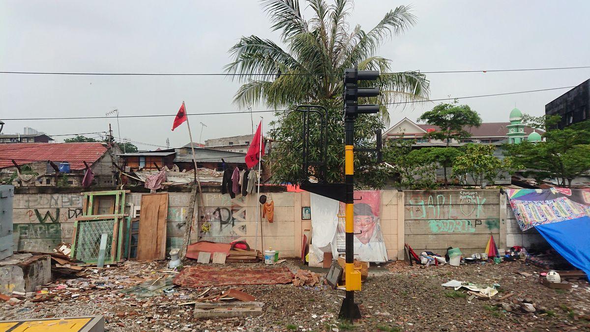 Per 10 mln. gyventojų Džakartos branduolį supa neaprėpiami priemiesčių lūšnynai. Foto: Olandai Džakartos istorinėje dalyje paliko europietiškos architektūros ženklų, tačiau šie apleisti ir netvarkomi. Foto: ©PILOTAS.LT