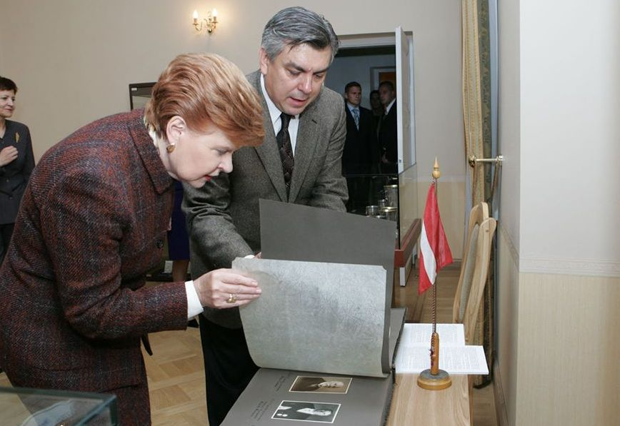 Osvaldas Daugelis buvo nepamainomas meno diplomatas: su Latvijos prezidente V.Vyke-Freiberga, 2005 m. Foto: O.Daugelio asmeninis archyvas.