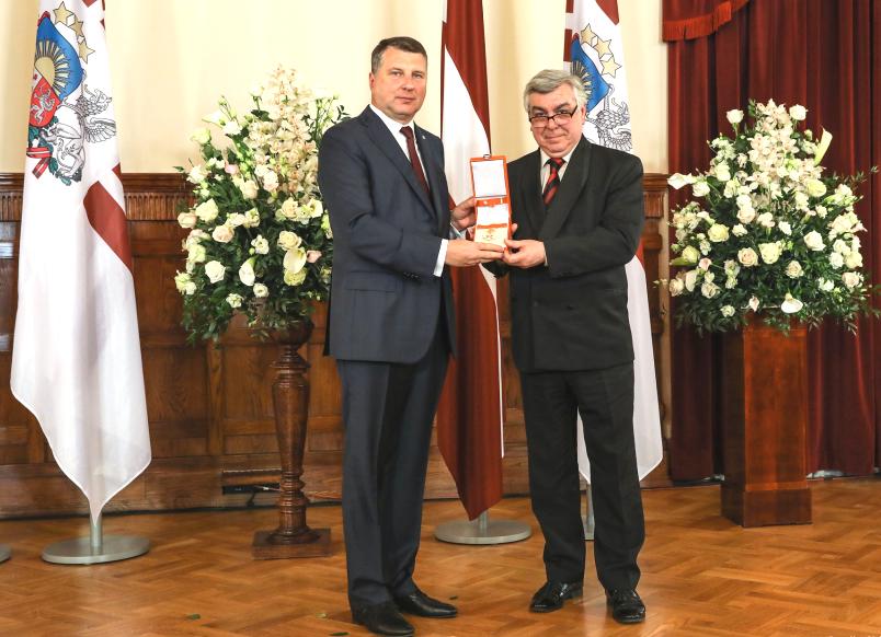 2019 gegužę Latvijos prezidentas Raimondas Vėjuonis Osvaldui Daugeliui įteikė Pripažinimo Kryžiaus Komandoro ordiną. Foto: O.Daugelio asmeninis archyvas.