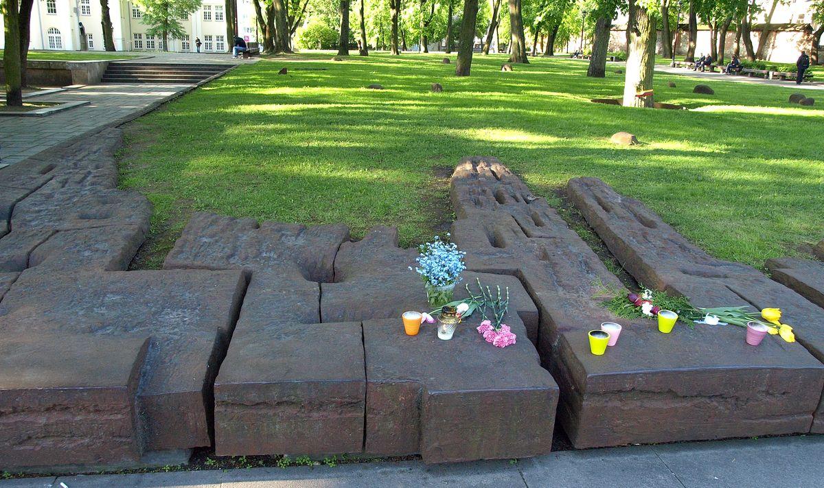 Žadama, kad paminklas tautos didvyriui Romui Kalantai (skulptorius R.Antinis, arch. S.Juškys) po atnaujinimo išliks toje pačioje vietoje.