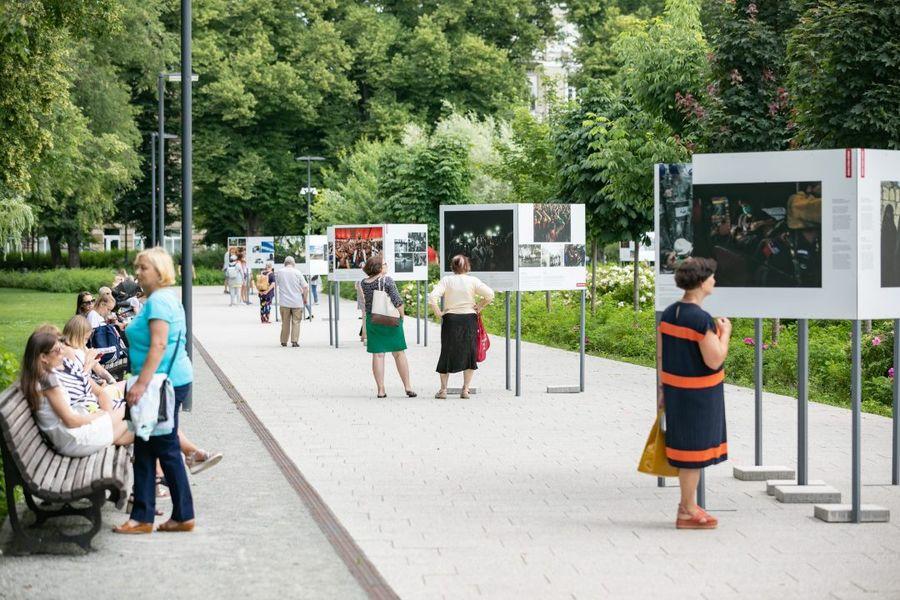 """Paroda """"Pasaulio spaudos fotografijos 2020"""" Vilniaus Lukiškių aikštėje. Foto: Vilniaus savivaldybė"""