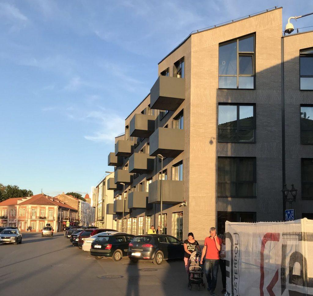 """Virš šaligatvio pakibusius """"Kauno senamiesčio apartamentų"""" (arch. """"G.Natkevičius ir partneriai"""") daugiabučio balkonus reikalaujama nugriauti. Foto: ©PILOTAS.LT"""