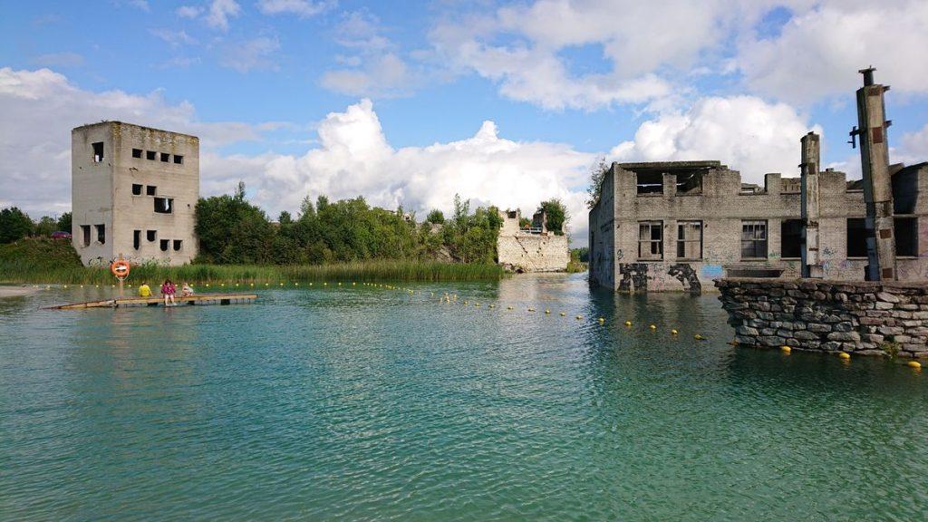 Estams atkūrus nepriklausomybę ir uždarius kalėjimą, dalį jo pastatų bei kasimo įrangą sparčiai pasiglemžė vanduo ©PILOTAS.LT