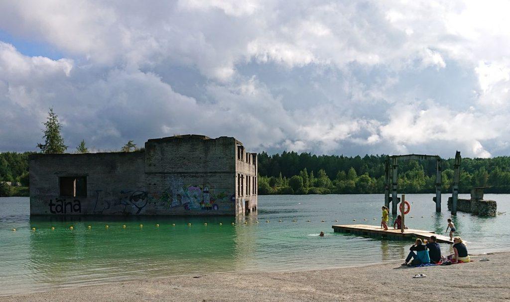 Bene pirmieji vandens pramogas čia atrado ekstremalių šuolių nuo vandenyje kyšančių pastatų į vandenį gerbėjai ©PILOTAS.LT