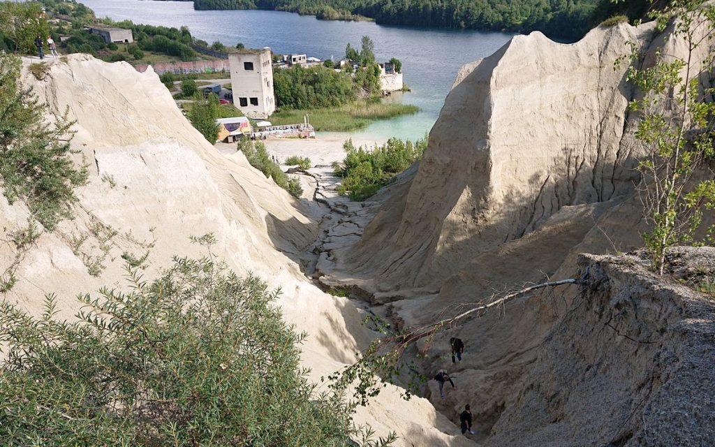 Viena iš karjero lankytojų pramogų – užlipti ant kalkakmenio kasybos metu susidariusių atliekų kalnų. Foto: ©PILOTAS.LT