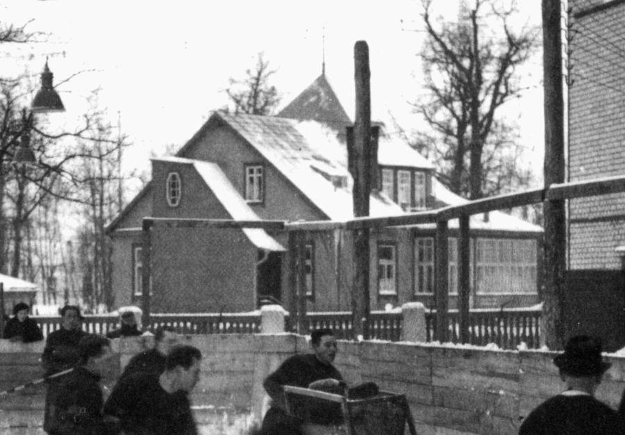 """Aštuonbriaunis Art deco vilos vitražas puikiai matomas 1939 metų nuotraukoje, nors skandalingoje D.Pikšrienės """"ekspertizėje"""" teigiama, jog ši laiptinė – sovietmečio priestatas. Foto: Pilotas.LT kolekcija"""