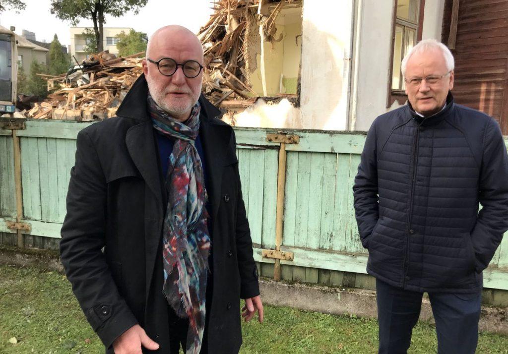 Architektas Audrys karalius ir KPD direktorius Vidmantas Bezaras aptaria vilos Perkūno al. 11 griovimo aplinkybes ir atkūrimo galimybes. Foto: ©PILOTAS.LT