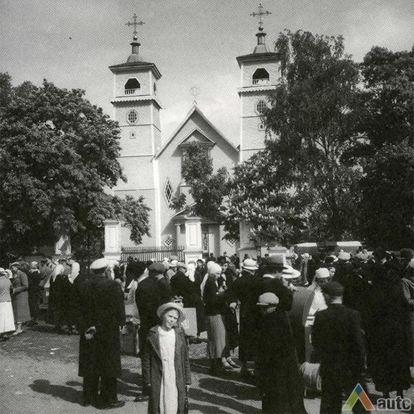 Analogiški aštuonbriauniai langai matyti architekto V.Dubeneckio projektuotoje (1919 – 1921) Karmėlavos bažnyčioje, sugriautoje per II Pasaulinį karą. Foto: AUTC archyvas