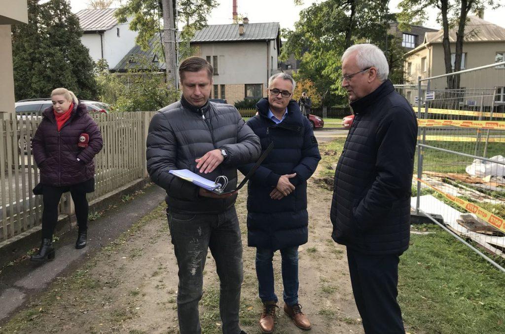 Vilos Perkūno al. savininkas Artūras Dankovskis (kairėje), pasitelkęs advokatą (viduryje), KPD direktorių Vidmantą Bezarą nesėkmingai bandė įtikinti, kad griovimui jokių leidimų nereikia. Foto: ©PILOTAS.LT