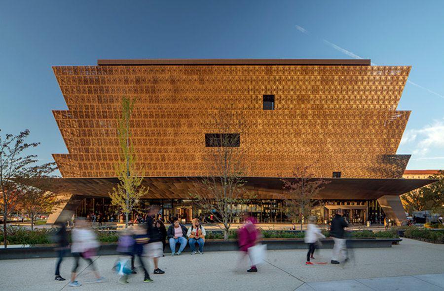 """Smithsonian nacionalinis Afrikos Amerikos istorijos ir kultūros muziejus Vašingtone (arch. """"Adjaye Associates""""). Foto: Nic Lehoux"""