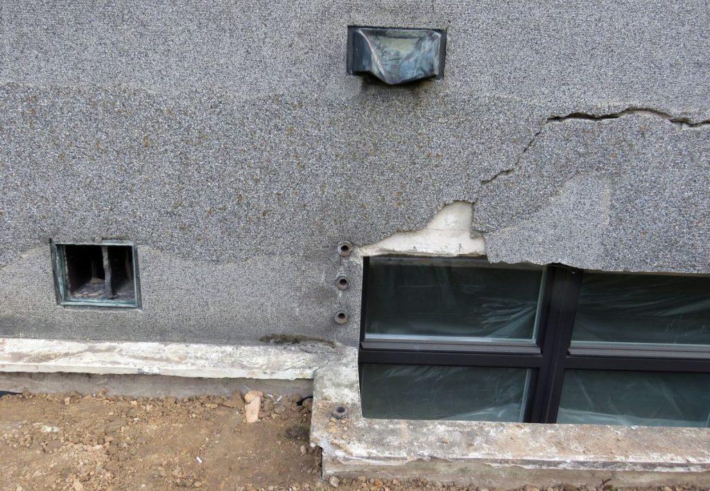 Neteisėtai nupjauti 8 rūsio langų šviesduobes juosiantys metaliniai turėklai. Foto: KPD