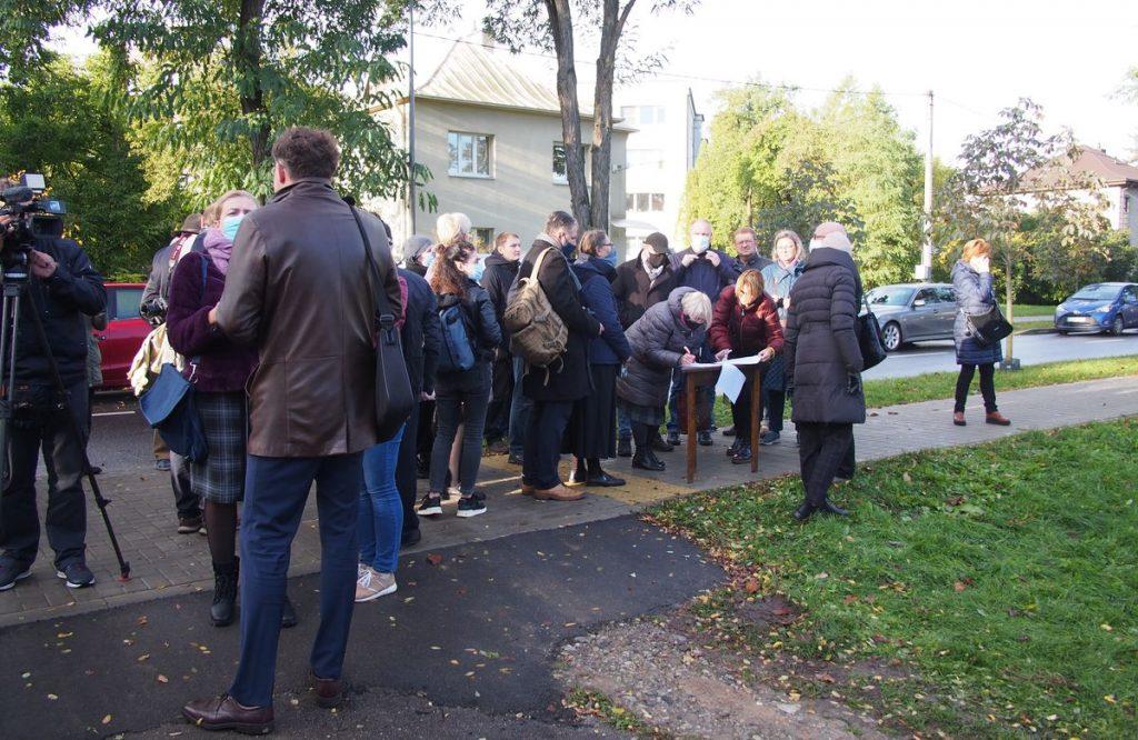 Žvarboką pirmadienio rytą Perkūno alėjoje nusitęsė visa eilė norinčių pareikšti savo pilietišką poziciją ir pasirašyti po kultūrinio vandalizmo aktą smerkiančią peticiją. Foto: ©PILOTAS.LT