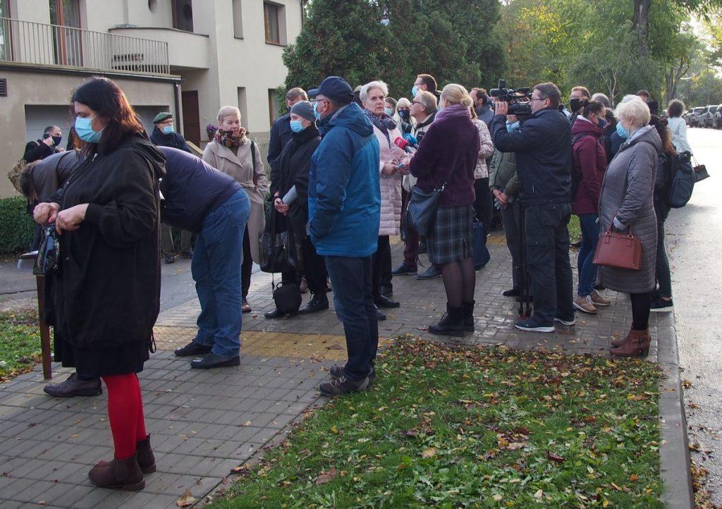 Žvarboką pirmadienio rytą Perkūno alėjoje nusitesė ilga eilė norinčių pareikšti savo pilietišką poziciją ir pasirašyti po kultūrinio vandalizmo aktą smerkiančią peticiją. Foto: ©PILOTAS.LT
