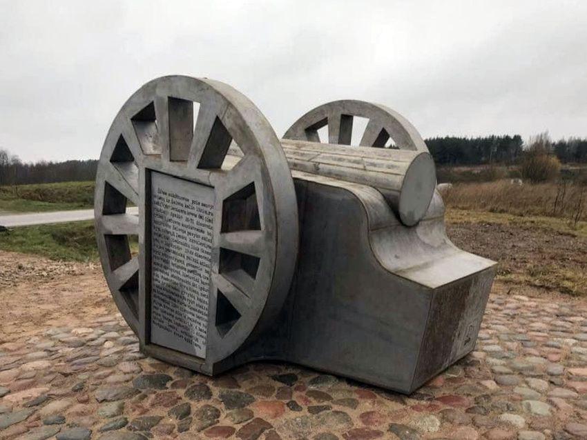 Stilizuotas pabūklas simbolizuoja tvirtą sąjungą tarp prieš 100 metų kariavusių pusių (skulptorius D.Jurkūnas)