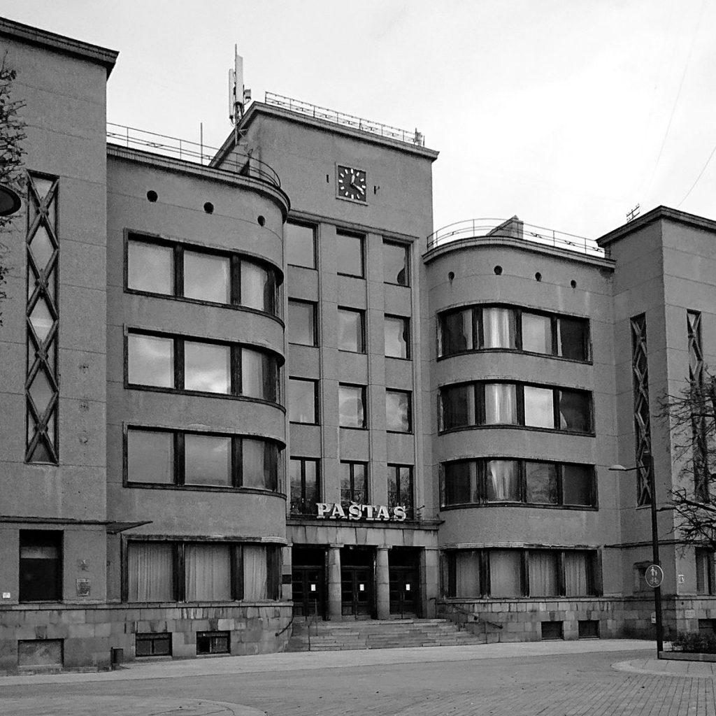 Vienas Kauno modernizmo perlų – architekto F.Vizbaro Pašto rūmai – jau porą metų stovi tušti ir apleisti. Foto: ©Pilotas.LT