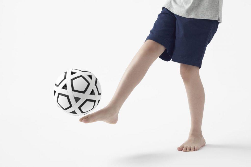 """Dizaino kompanijos """"Nendo"""" surenkamas kamuolys žada perversmą gatvės futbolo kultūroje. Foto: Akihiro Yoshida"""