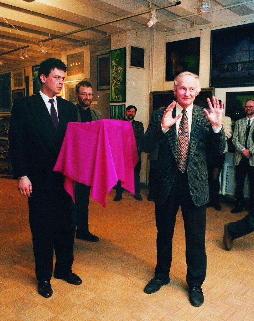 """Pirmąjį lietuvišką architektūros mėnraštį """"Arkitektas"""" 1996.02.09. atidengė Architektų sąjungos pirmininkas Algimantas Nasvytis (AA). Foto: S.Platūkis"""