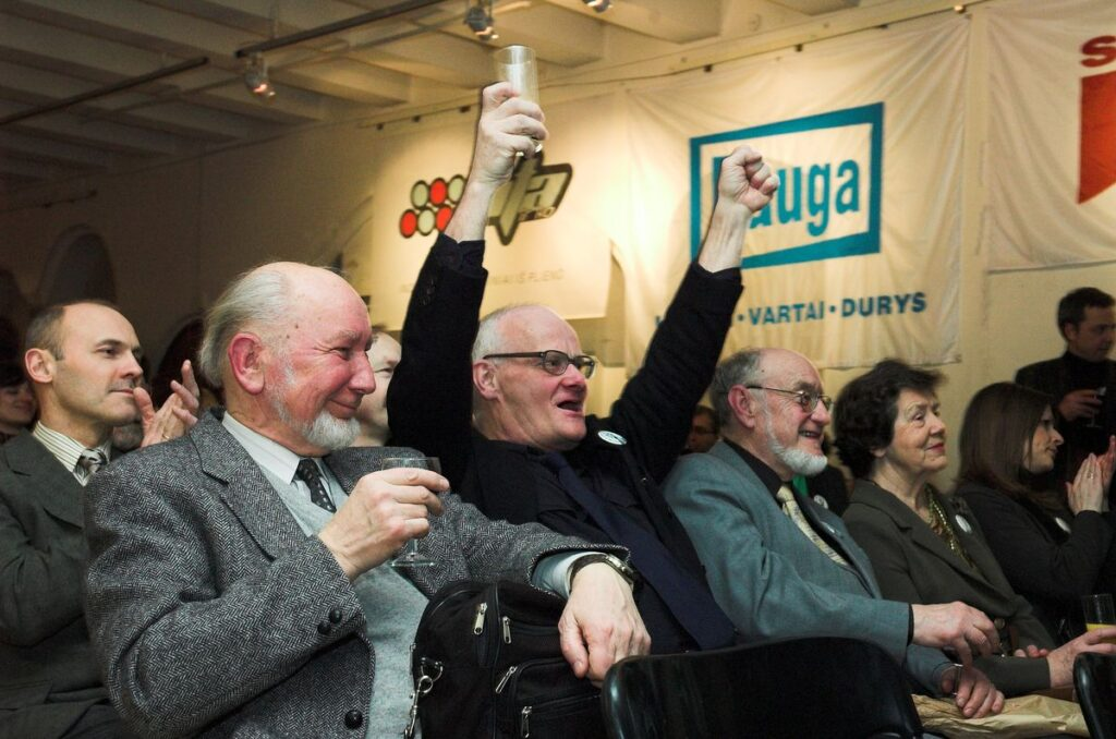Architektūrinės spaudos entuziastų būta apsčiai. Iš kairės: akademikas A.Miškinis (AA), prof.J.R.Palys, prof.V.Stauskas (AA). Foto: J.Kamenskas, 2006.02.09.