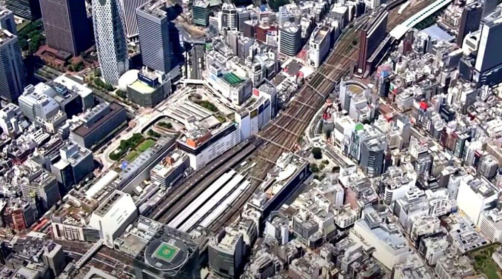 _ Judriausia pasaulio stotis – Tokijo Shinjuku – yra nulinio fasado transporto mazgas: 1 km ilgio, 5 lygių, 3,6 mln. keleivių pralaidumo. Foto: kadras iš filmo, žiūr. straipsnyje.