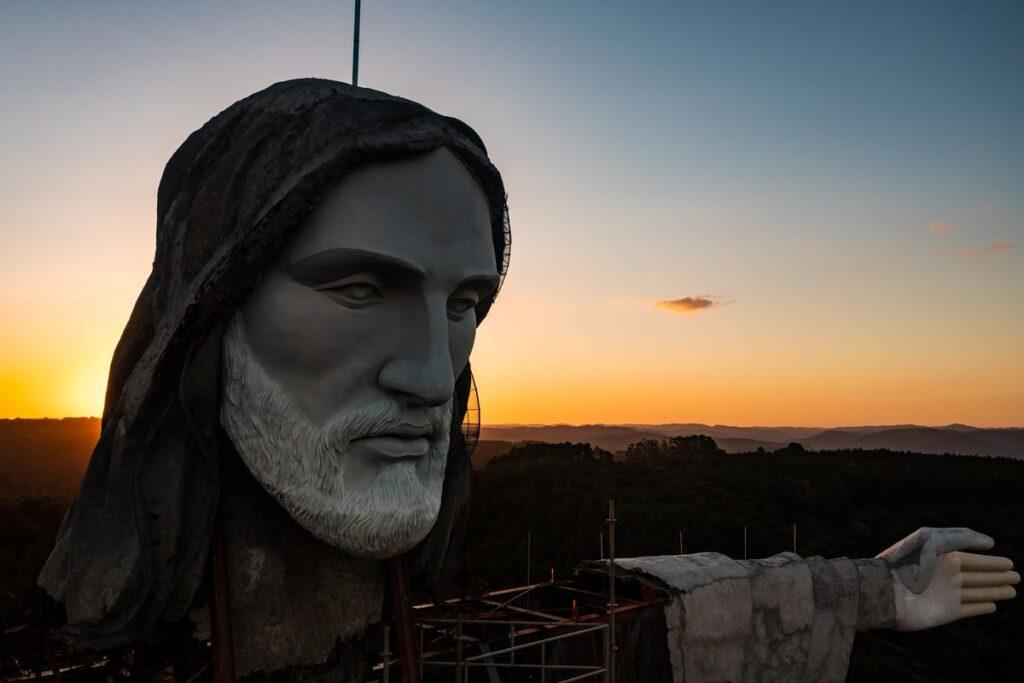 Kristaus Išganytojo skulpūra (42,67 metro) kyla Encantado mieste Pietų Brazilijoje. Skulptorius Genésio Gomes Moura ir jo sūnus Markus.