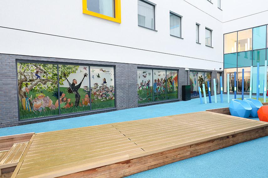 Birmingamo vaikų ligoninė, architektūrinis stiklas – A.Moor