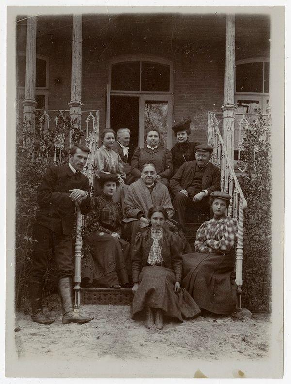 Ginkūnų dvare. Sėdi: viršuje – trečia iš kairės Sofija Bilevičiūtė-Zubovienė ir Aleksandra Zubovaitė, žemiau – Vladimiras Zubovas, dešinėje – jo mama Aleksandra Zubovienė, stovi kairėje – Jonas Fledžinskas. Apie 1907–1914. Foto: Šiaulių Aušros muziejus