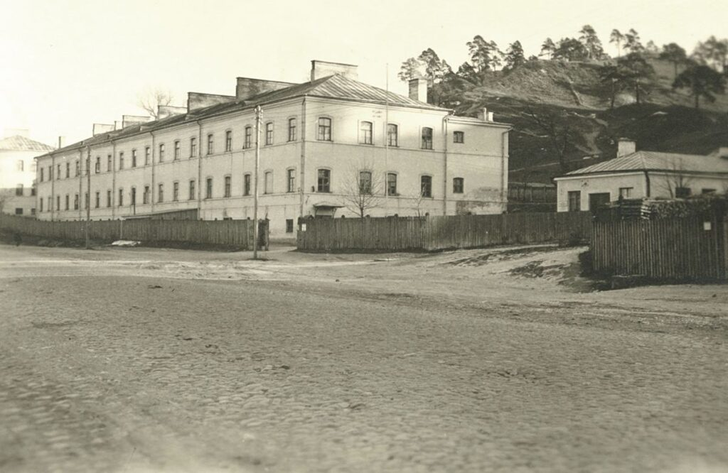 Istorijų namai įsikūrė pastate, kuriame 1943 m. balandį veikė vokiečių okupacinei kariuomenei priklausančios kareivinės. Foto: Lietuvos nacionalinio muziejaus archyvas