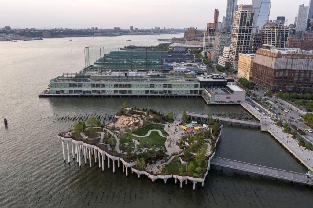 """Mažoji sala Niujorke (""""Heatherwick Studio"""", MNLA ). Foto: Timothy Schenck"""