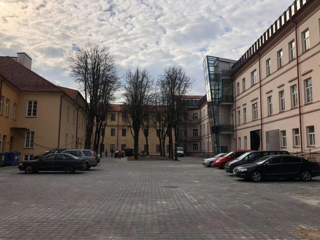 Architektūros Atlantų kiemelis Architektūros fakultete. Foto: Eglė Bazaraitė.