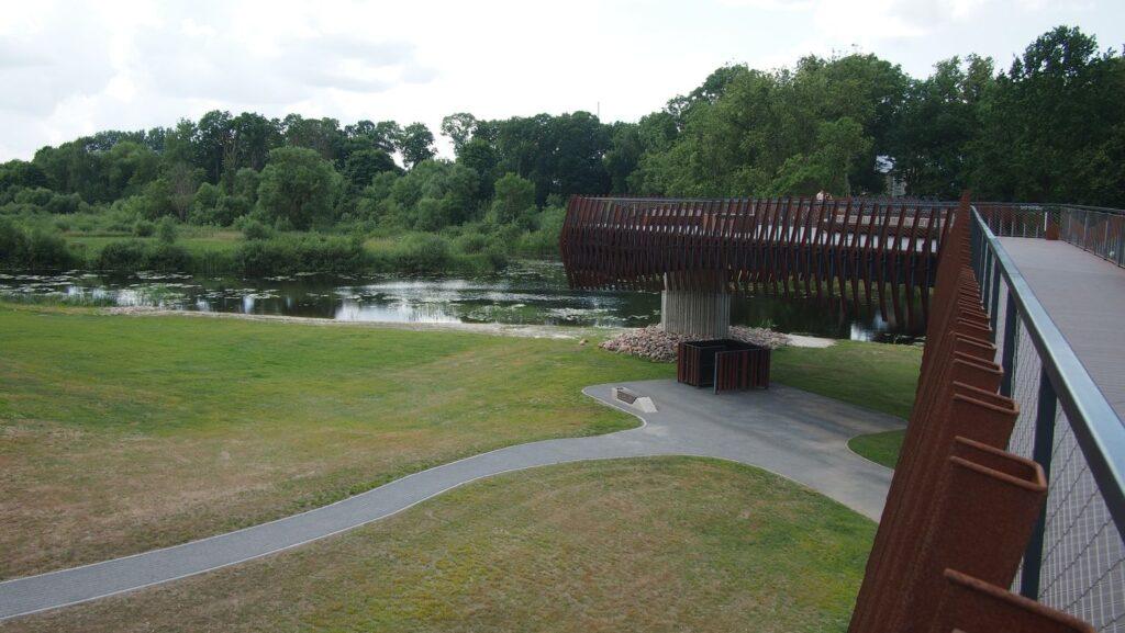 Į Ventos pakrančių kraštovaizdį tiltą įkomponuoti padeda vertikalus konstrukcinio rūdinto plieno ažūras (arch. I.Puidokaitė ). Foto: ©PILOTAS.LT
