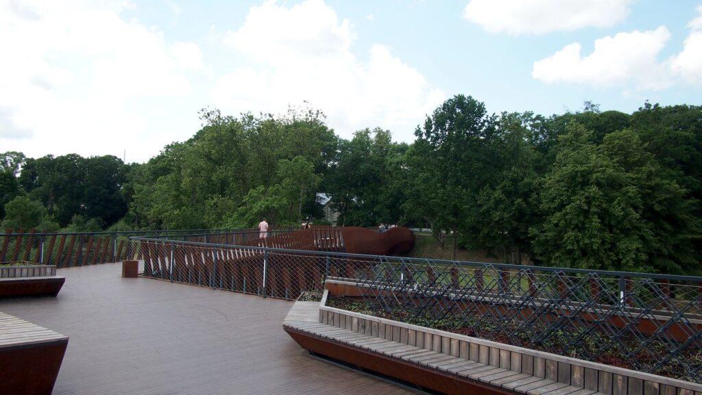 """Tilto viduryje įrengtą """"išmanioji salelė"""" skirta sustoti, apsižvalgyti ir pailsėti. Foto: ©PILOTAS.LT"""