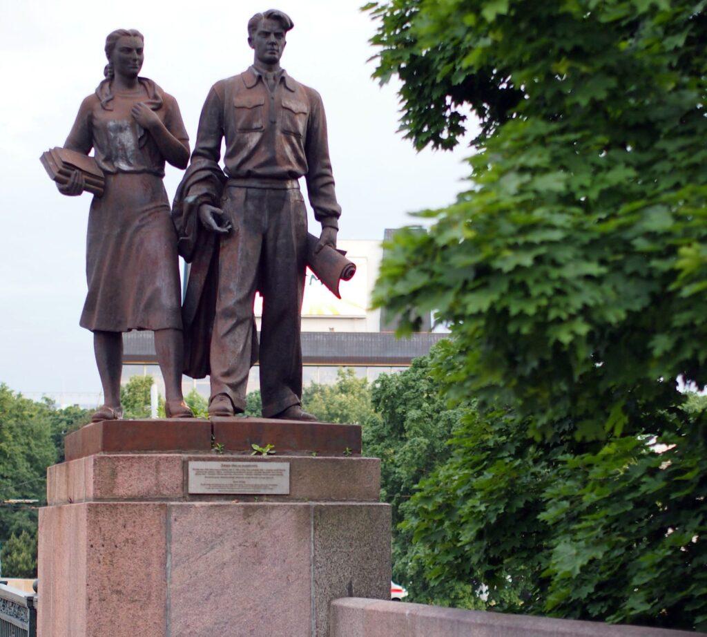 """Skulptūra """"Mokslo jaunimas"""" (skulptoriai V.Mikėnas, J.Kėdainis), kartu su kitomis 3 Vilniaus """"Žaliojo tilto"""" skulptūromis buvo nukelta remiantis galimu pavojumi praeiviams, o klausimas dėl jų grąžinimo yra atidėtas neribotam laikui. Foto: ©PILOTAS.LT"""