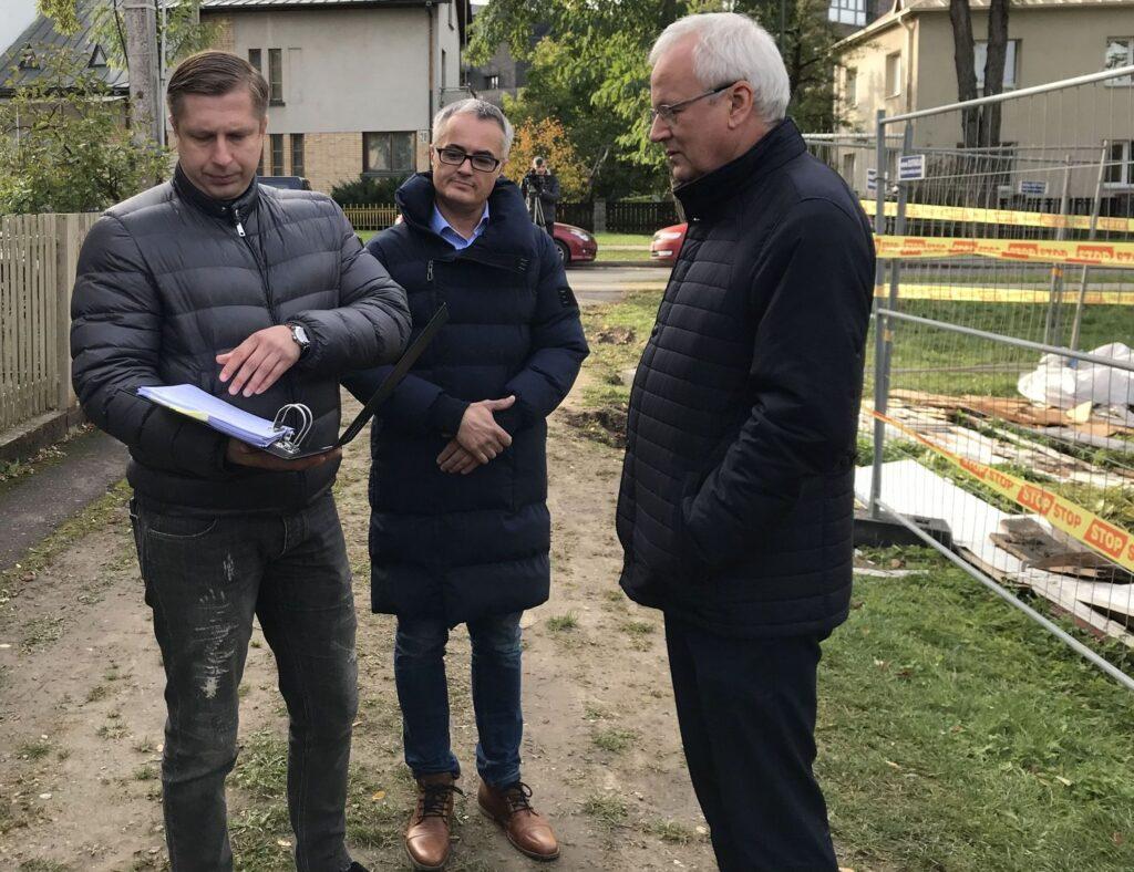 Artūras Dankovskis (kairėje) aiškina su advokatu KPD direktoriui Vidmantui Bezarui Art deco vilos griovimo aplinkybes. Foto: ©PILOTAS.LT