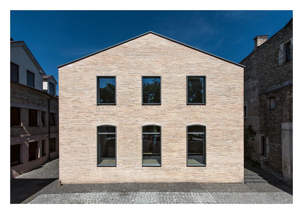 """Privatus namas bohemiškame kontekste (arch. """"Trimonis architects""""). Foto: Leonas Garbačiauskas."""