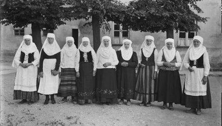 Žmonės su tautiniais drabužiais, B.Buračas