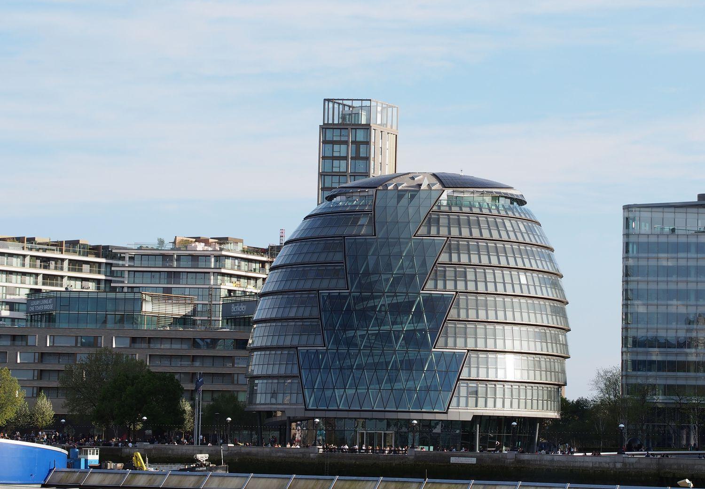 Architekto N.Fosterio kolektyvo Temzės pakrantėje suprojektuotas pastatas Londono rotušei ištikimai tarnavo 18 metų, tačiau pandemijos akivaizdoje didmiestis privalo taupyti.  Foto: ©PILOTAS.LT
