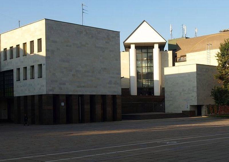 Mykolo Žilinsko dailės galerija (arch. E.Miliūnas, K.Kisielius, S.Juškys; 1989 m.) – vienas ryškiausių Lietuvos postmodernizmo architektūros pavyzdžių. Foto; ©PILOTAS.LT